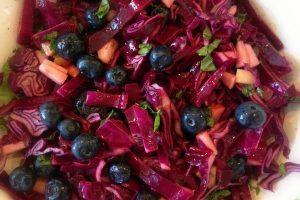 Knasende rødkålssalat med blåbær og citrus