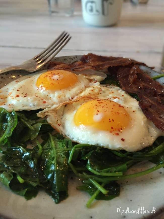 Spejlæg Med Smørstegt Spinat Lækker Sund Og Mættende Morgenmad