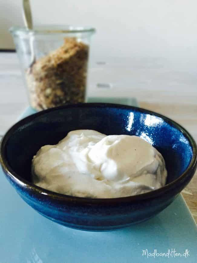Nem og cremet kokosyoghurt --> madbanditten.dk