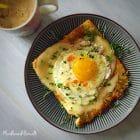Blomkålsbrød med ost og spejlæg - Brug den populære blomkålspizzabund i din morgenmad: Blomkålsbund med smeltet ost og spejlæg --> madbanditten.dk