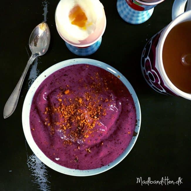 Sund smoothiebowl med brombær og jordbær --> madbanditten.dk