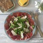 "Bresaola ""carpaccio style"" med rucola og parmesan --> madbanditten.dk"