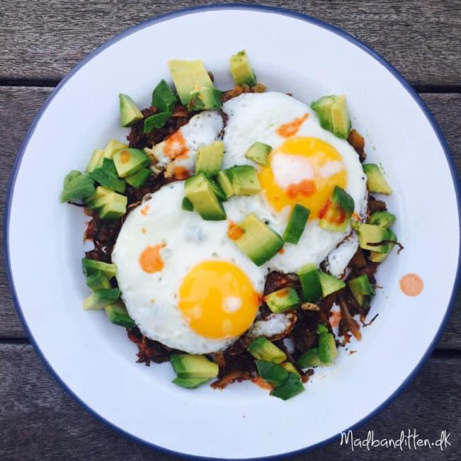 LCHF-morgenmad: Karameliseret hvidkål med spejlæg og avokado --> madbanditten.dk