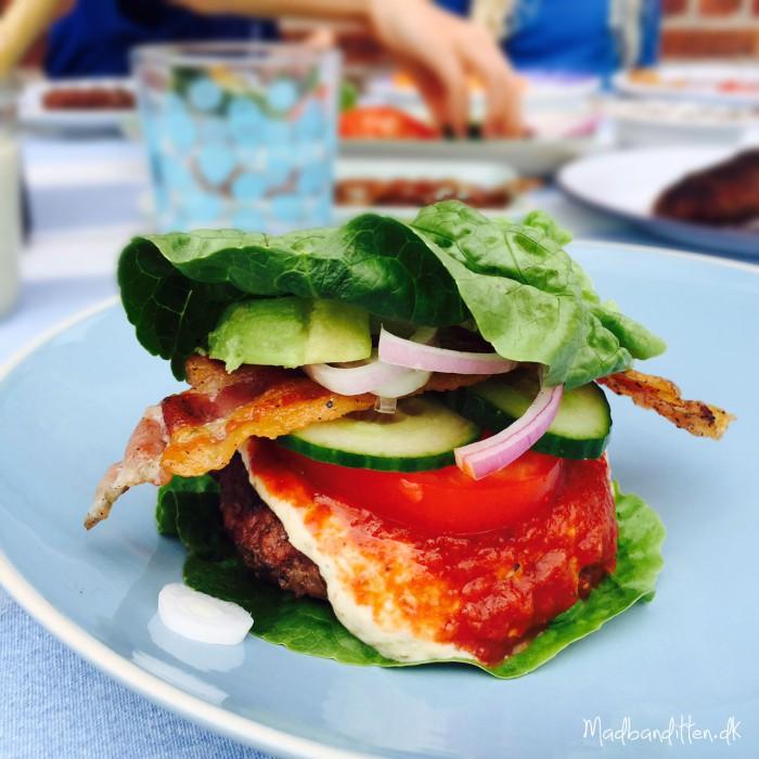 Tømmermænd på LCHF og no-bun burger med bacon, avocado og snask --> Madbanditten.dk