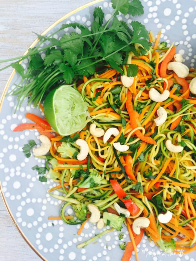Asiatisk stir-fry med grøntsagsnudler, cashewnødder og koriander --> Madbanditten.dk