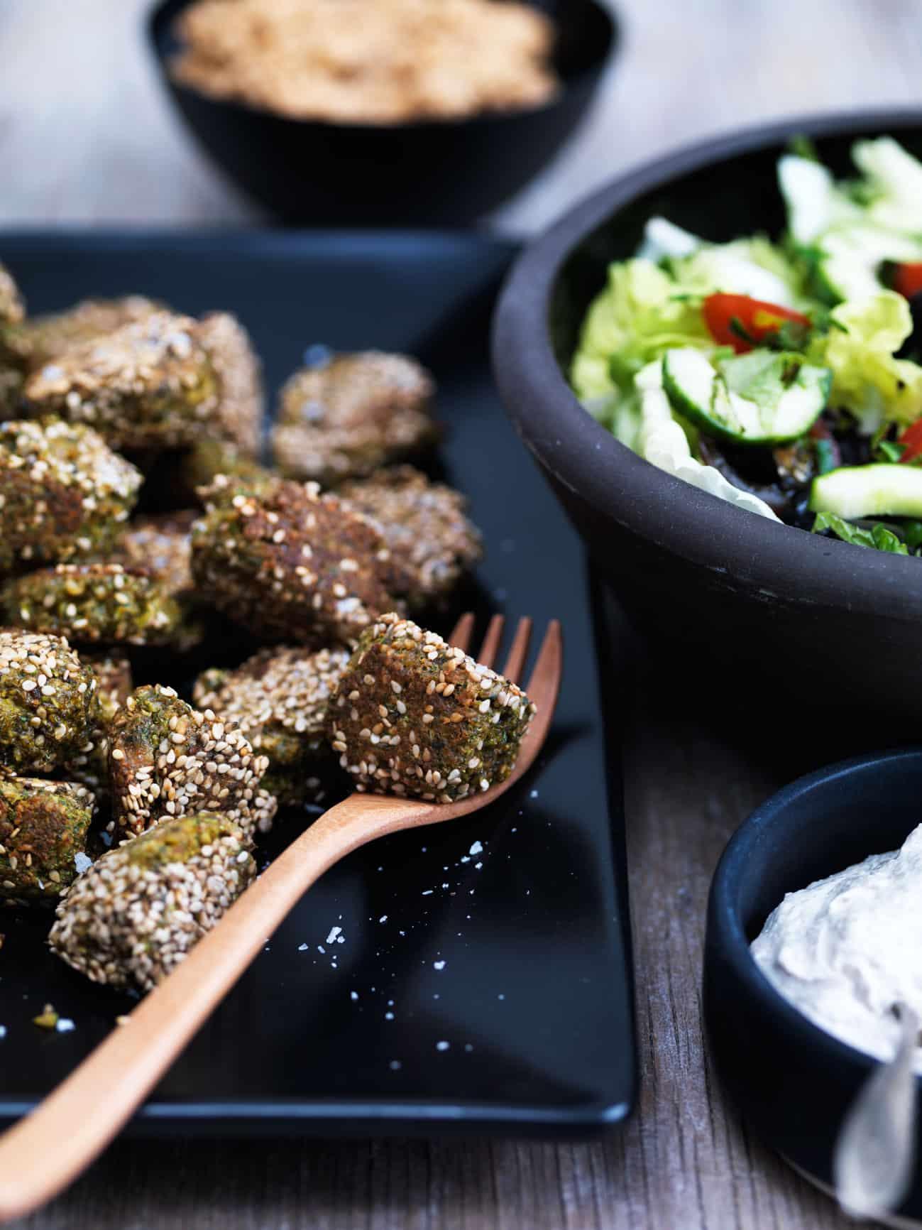 Low carb falafler? Prøv broccoli-falafler med yoghurt-tahin dip. Lækker opskrift --> Madbanditten.dk