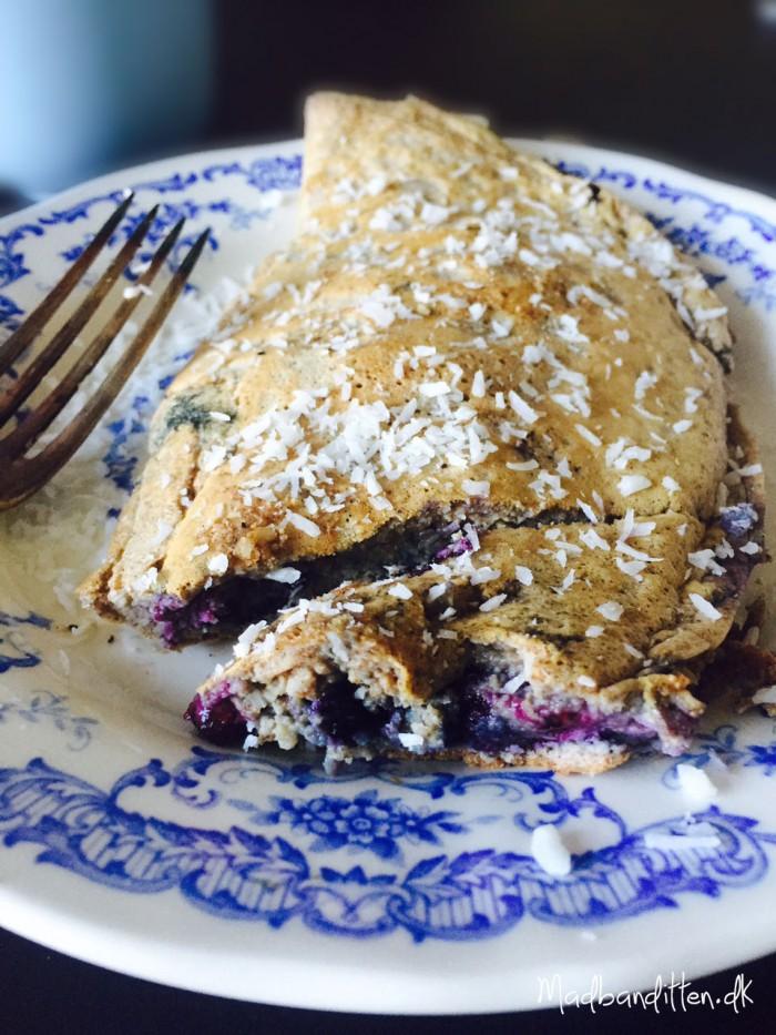 Sød blåbær-omelet med kokos. En dejlig og anderledes måde at spise æg om morgenen. Uden sukker, gluten og mælkeprodukter. --> Madbanditten.dk