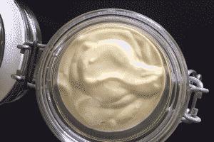 Hjemmelavet mayonnaise : Glem alt om hvad du tidligere har lært om at lave hjemmelavet mayonnaise og følg i stedet denne idiotsikre opskrift. Den er lavet på bare 1 minut! --> Madbanditten.dk