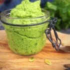 Broccolipesto - opskrift på lækker sund og grøn pestodip med broccoli --> Madbanditten.dk