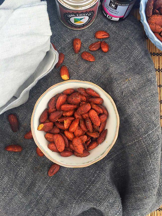 Lækker LCHF-snack: Ristede chili-mandler. Nemt og sundt mellemmåltid --> Madbanditten.dk