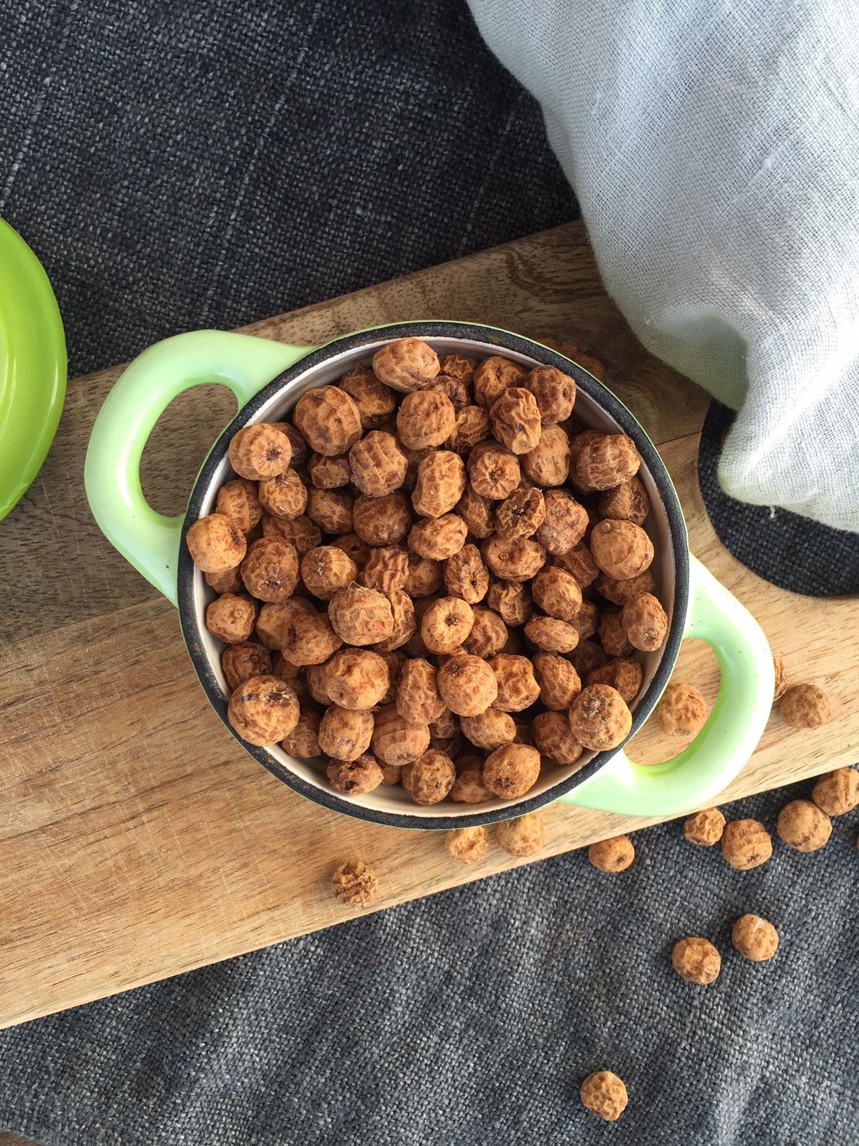 Chufa - hvad er det, og hvad kan de bruges til? Her får du opskriften på søde ristede chufa med kanel og lækker chufa-mælk. --> Madbanditten.dk