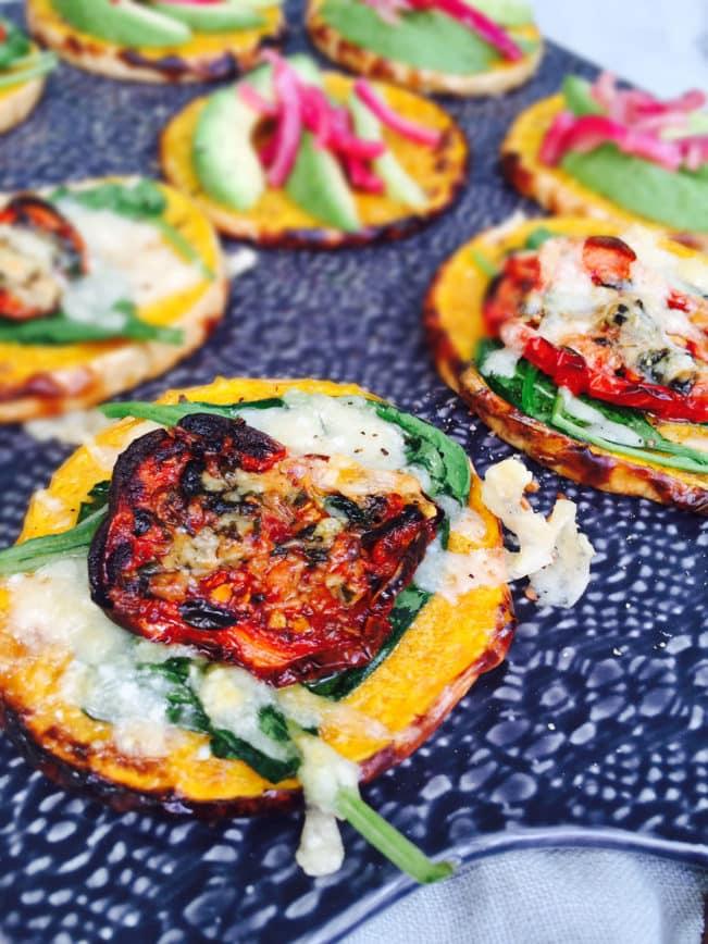 """Lækker vegetarisk frokost - LCHF & paleo - frokostplatte med græskar-""""madder"""". Både lækkert og indbydende! --> Madbanditten.dk"""