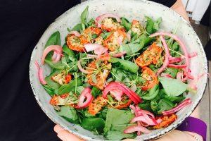 Nem LCHF-salat med frisk spinat, tørrede tomater og marinerede rødløg --> Madbanditten.dk