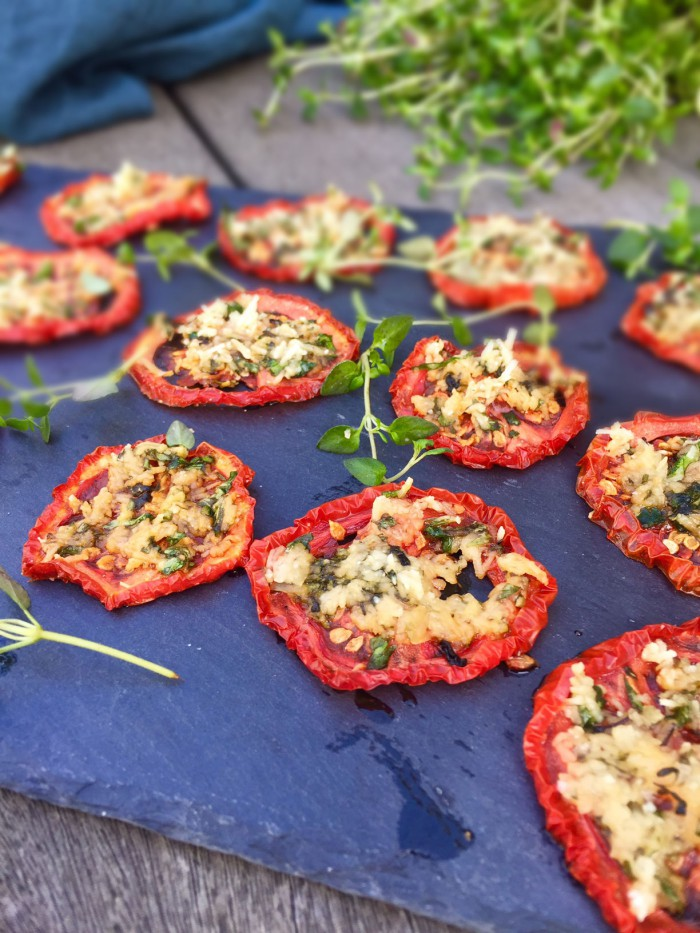 Tørrede tomater med parmesan og timian - lækre langtidsbagte tomater