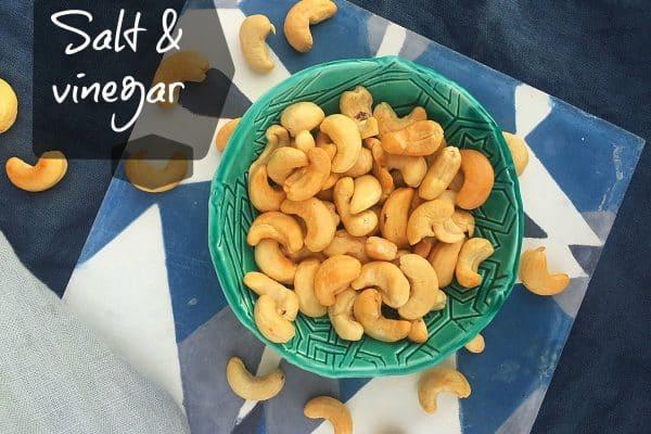 Salt & vinegar snacknødder - Opskrift her: Madbanditten.dk