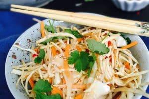 Hjemmelavet sushisalat - genialt grøntsagstilbehør til alle asiatiske retter. Nem opskrift her: Madbanditten.dk