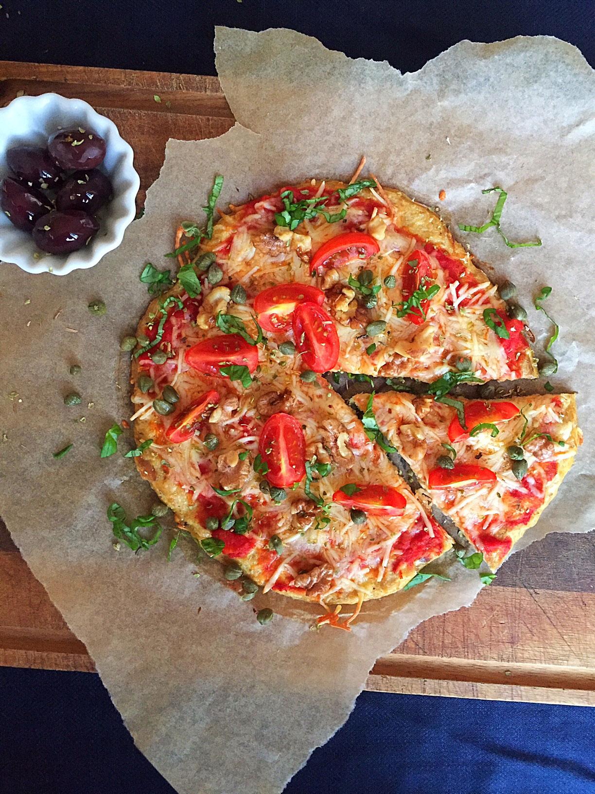 Tun-pizza - opskrift på low carb pizza med super smag og fast bund. --> Madbanditten.dk