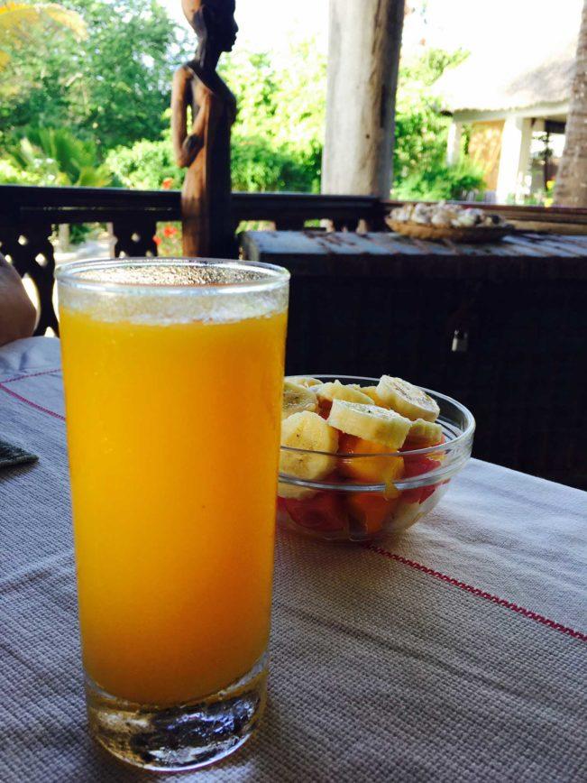 Zanzibar - morgenmad med friskpresset mangojuice og frugtsalat foruden æg, bacon og kaffe.