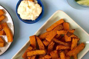 Butternut-fritter - pomfritter lavet af butternut squash. Serveret med stærk aioli. Opskrift her: Madbanditten.dk