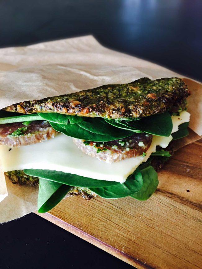 Sunde, grønne sandwichbrød - Lækker LCHF-frokostsandwich - opskrift her: Madbanditten.dk