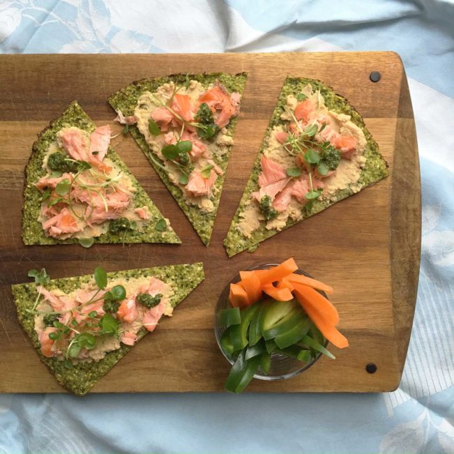 Grøn pizza med humus og laks - dejlig grøn frokost - LCHF, low carb, glutenfri og paleo --> Madbanditten.dk