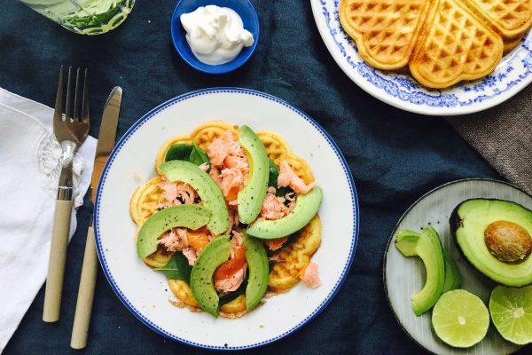 LCHF ostevafler med spinat, laks og avokado - opskrift her: Madbanditten.dk