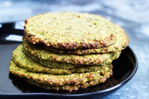 Sunde grønne sandwichbrød med broccoli og grønkål - glutenfrie og kornfrie og geniale som sandwichbrød --> Madbanditten.dk