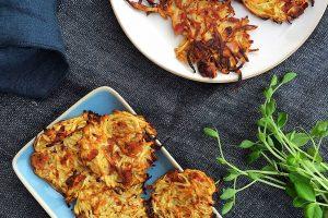 Ovnbagte røsti af knoldselleri med bacon og parmesan - helt uhørt lækre! --> Madbanditten.dk