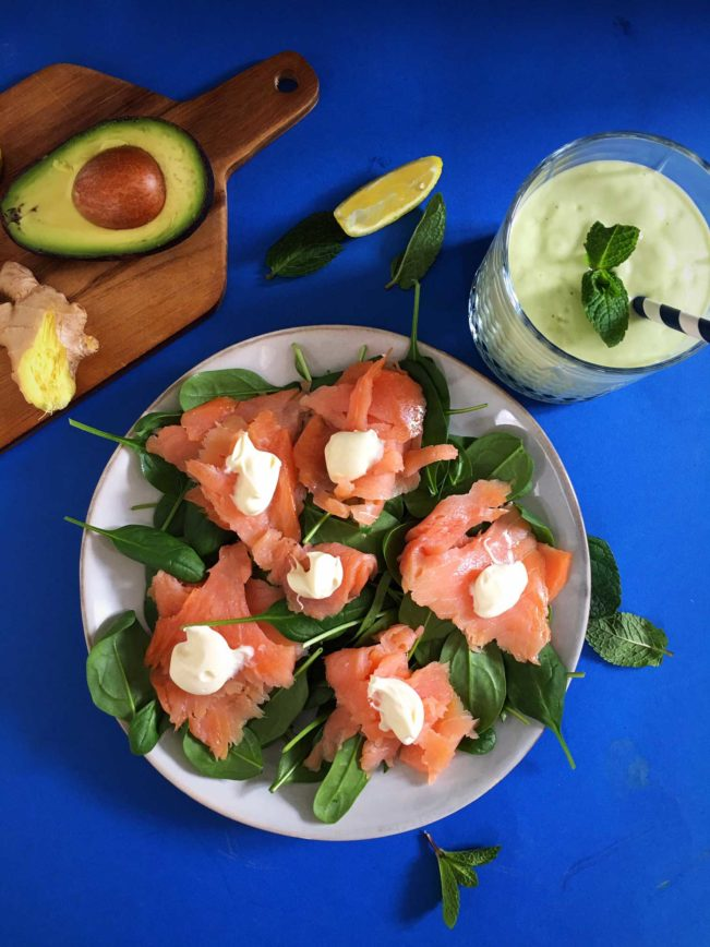 Spinatsalat med laks og fed cremefraiche serveret med avokadosmoothie. Dejlig og nem LCHF-frokost. Opskrift her: Madbanditten.dk