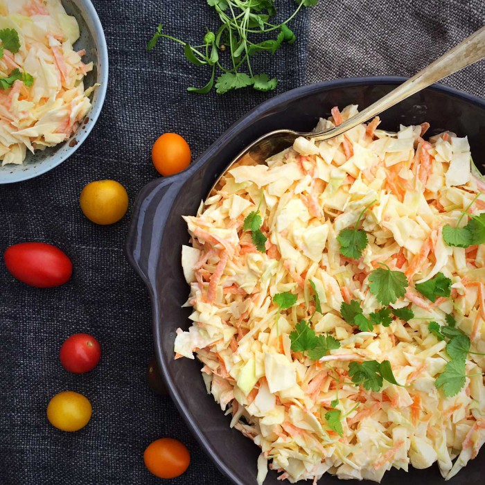 Coleslaw opskrift uden sukker - opskrift på den klassiske kålsalat - det perfekte LCHF-tilbehør --> Madbanditten.dk