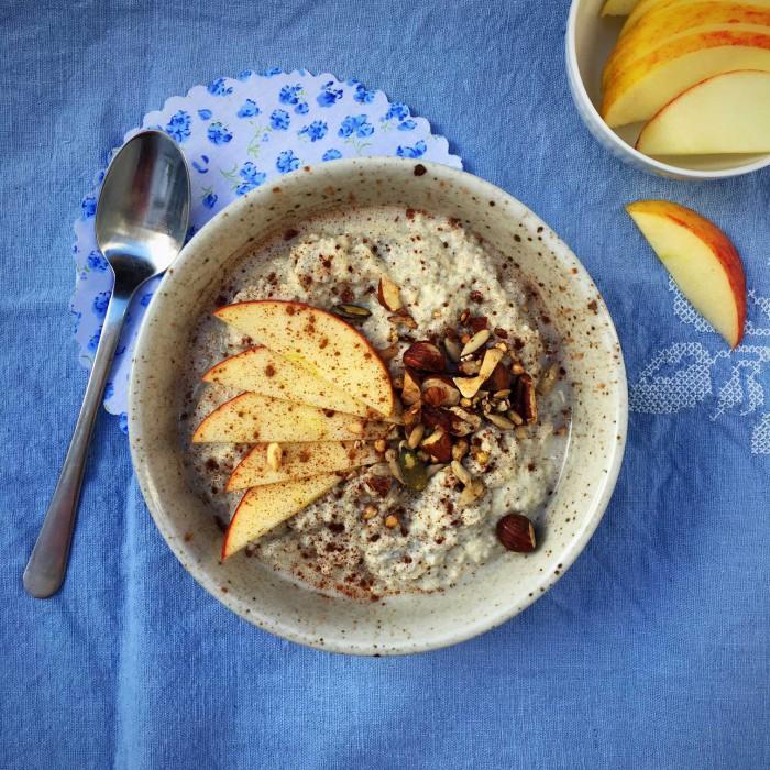 Varm mandel-chia-grød. Et rigtig fint low carb alternativ til havregrøden. Opskrift her: Madbanditten.dk