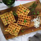 Løg-vafler - opskrift på salte madvafler med løg. Brug dem til sandwich eller i madpakken. SÅ lækre! Opskrift her: Madbanditten.dk
