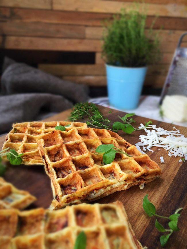 VAFLER MED LØG - Løg-vafler - opskrift på salte madvafler med løg. Brug dem til sandwich eller i madpakken. SÅ lækre! Opskrift her: Madbanditten.dk