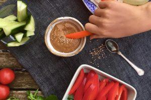 Lækker og cremet misodip - genvejen til at få grøntsagerne til at ryge ned! Sukkerfri opskrift --> Madbanditten.dk