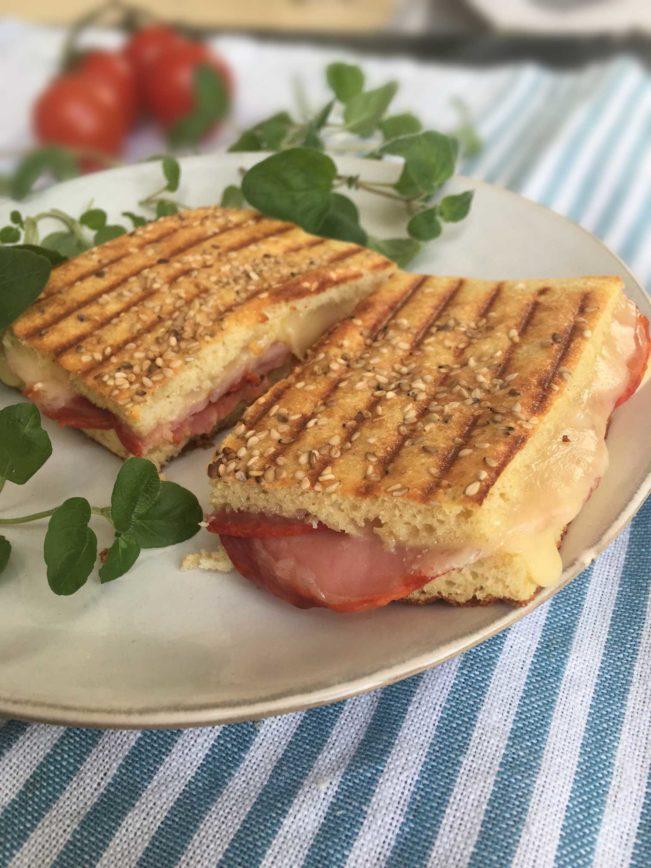 Lækker toast - panini - med LCHF-brød. Find den nemme opskrift her: Madbanditten.dk