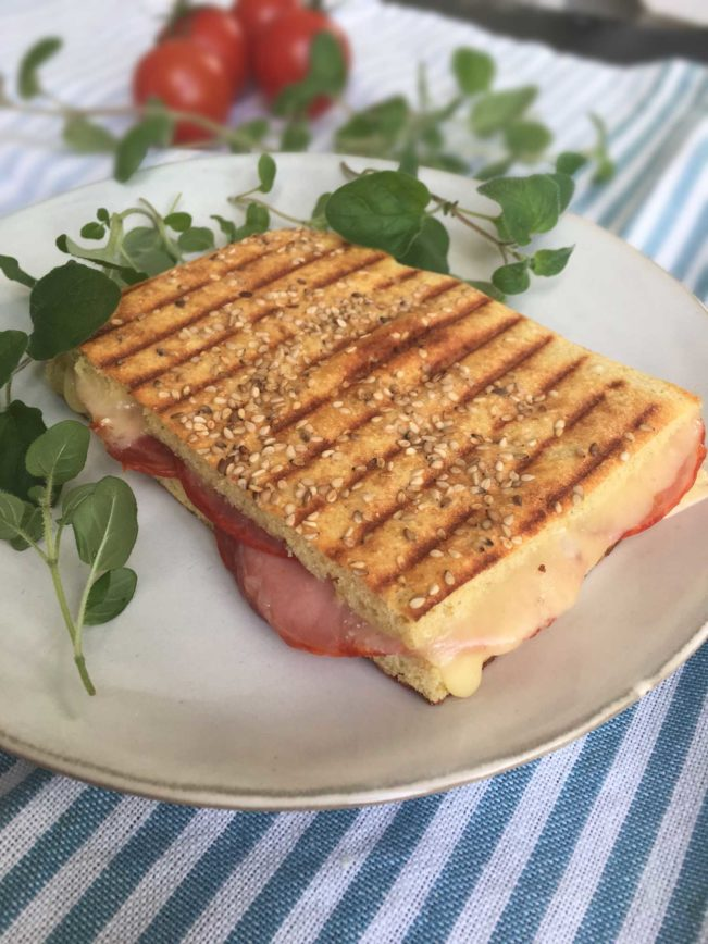 Lækker opskrift på toast /panini med meget få kulhydrater --Madbanditten.dk