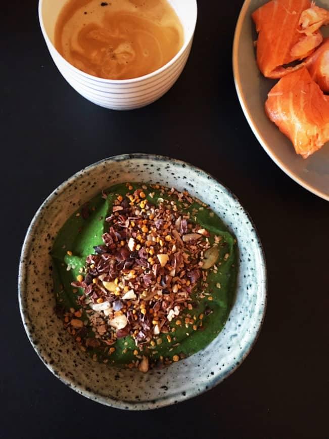 Superfood smoothie skål med spirulina - genial til at holde vinterhumøret lidt på afstand --> Madbanditten.dk