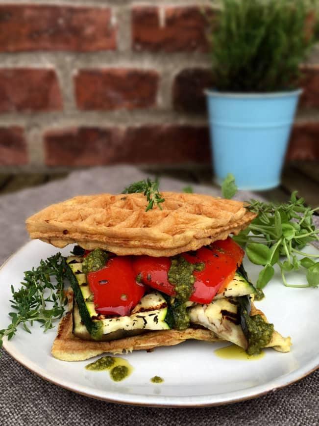 Vaffel-sandwich med grillede grøntsager og pesto. En dejlig og mættende low carb/LCHF frokostopskrift --> Madbanditten.dk