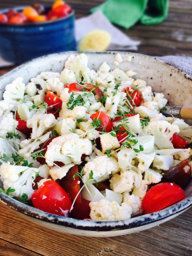 Blomkålssalat med citrus og karse - lækkert, let og velsmagende tilbehør til lam --> Madbanditten.dk