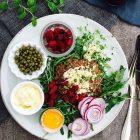 Den ultimative pariserbøf - med det hele! En perfekt low carb frokost --> Madbanditten.dk