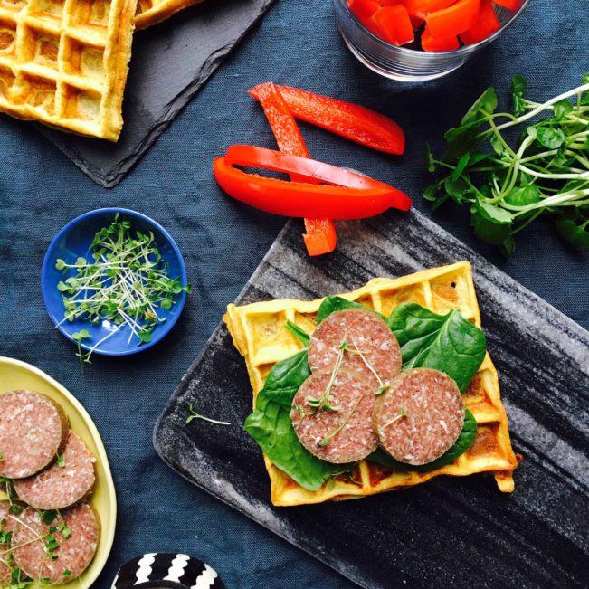 Pikante vafler - opskrift på glutenfrie og low carb vafler med pikantost --> Madbanditten.dk