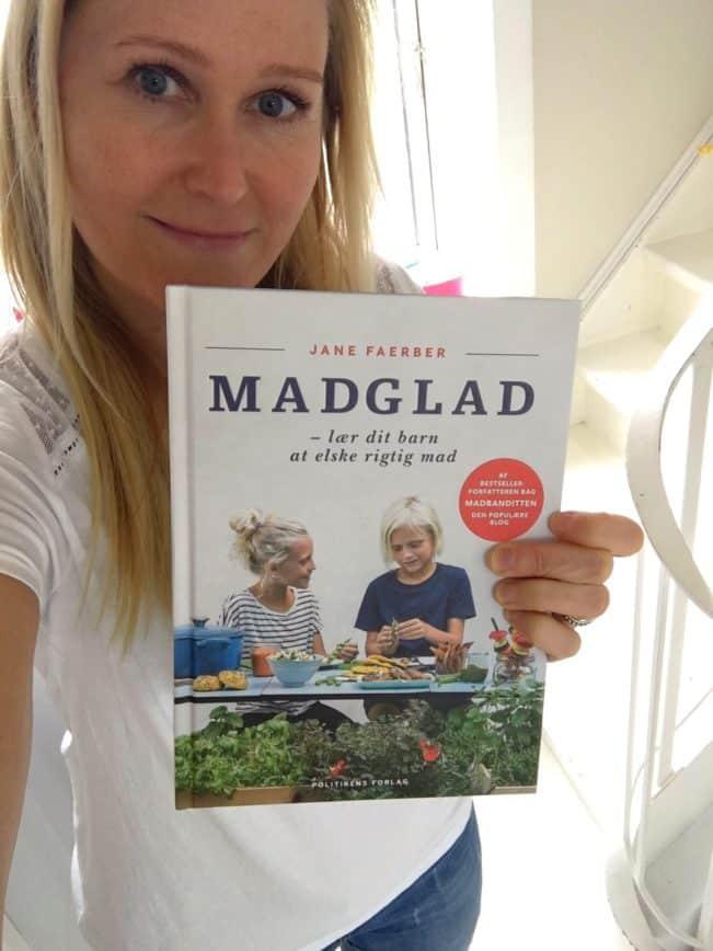 Jane med første eksemplar af MADGLAD. Glad og stolt forfatter!