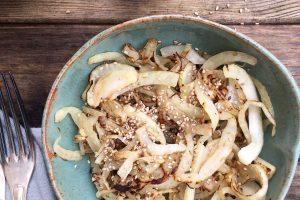 Stegt fennikel med ristet sesam - nok ser det blegt og kedeligt ud, men smagen er i top! Genialt hverdagstilbehør. Passer til stort set alt! Opskrift her: Madbanditten.dk