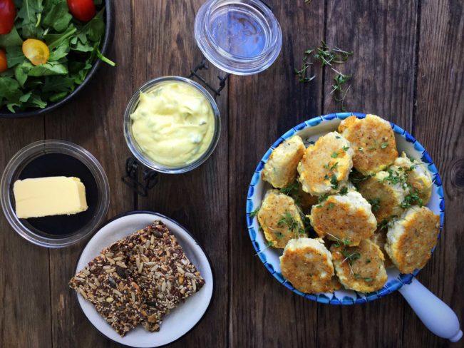 Glutenfrie fiskefrikadeller lavet af friskhakket fisk og hjemmerørt remoulade. Kan du forestille dig en lækrere frokost? Nej vej? Få opskriften på begge dele her: Madbanditten.dk
