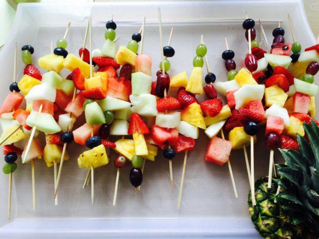 Frugtspyd til den årlige markedsdag på skolen