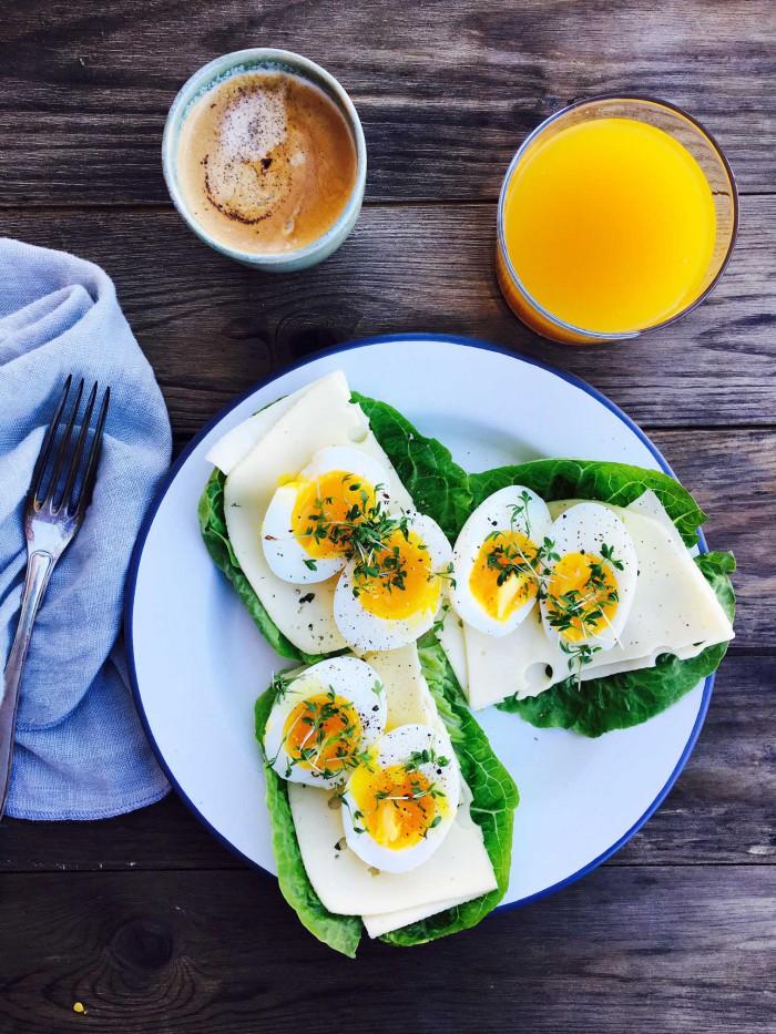 Morgenmad på mindre end 5 minutter! Kogte æg, ost og salatblade. Det bliver ikke nemmere! --> Madbanditten.dk
