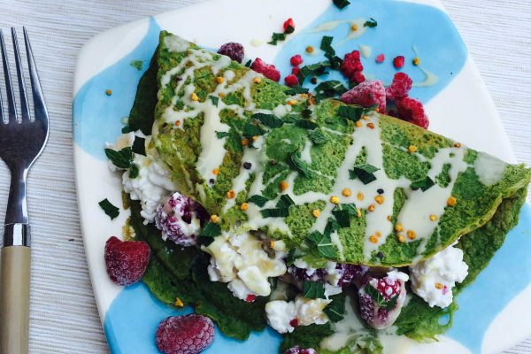 Spinach pancake with cottage cheese and raspberries. The high protein content in this recipe will keep you full for hours. No gluten and no added sugar. Check out the easy recipe here: