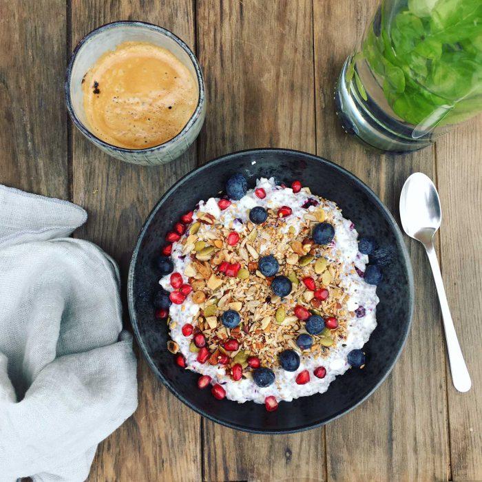 Chiagrød med ekstra protein for mere mæthed! Se denne lækre og cremede version af den populære chiagrød med hytteost for højere proteinindhold. Nem opskrift her: Madbanditten.dk