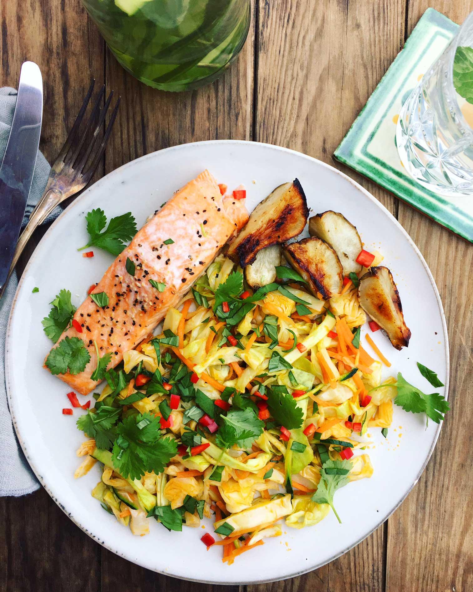 Laks i ovn med lun thai-salat - lækker og sund aftensmad med god smag