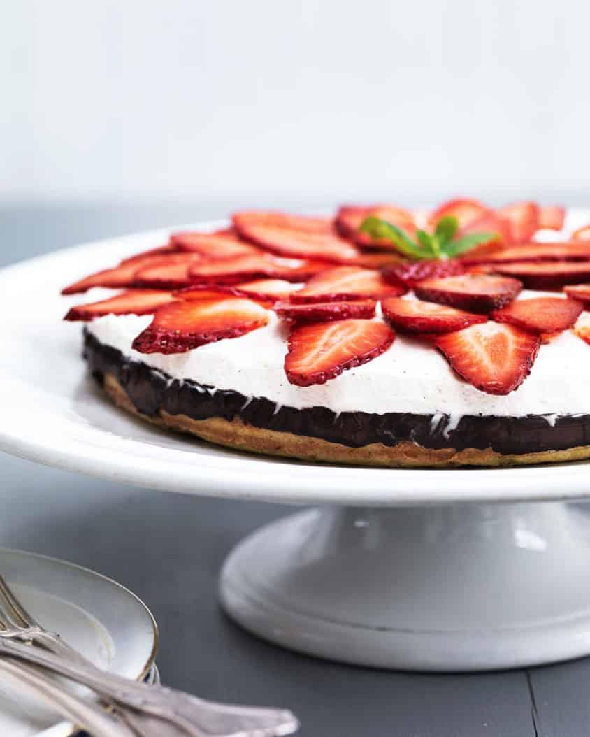 Jordbærkage med vaniljecreme - glutenfri og sukkerfri og helt utroligt lækker. Find opskrift her: Madbanditten.dk